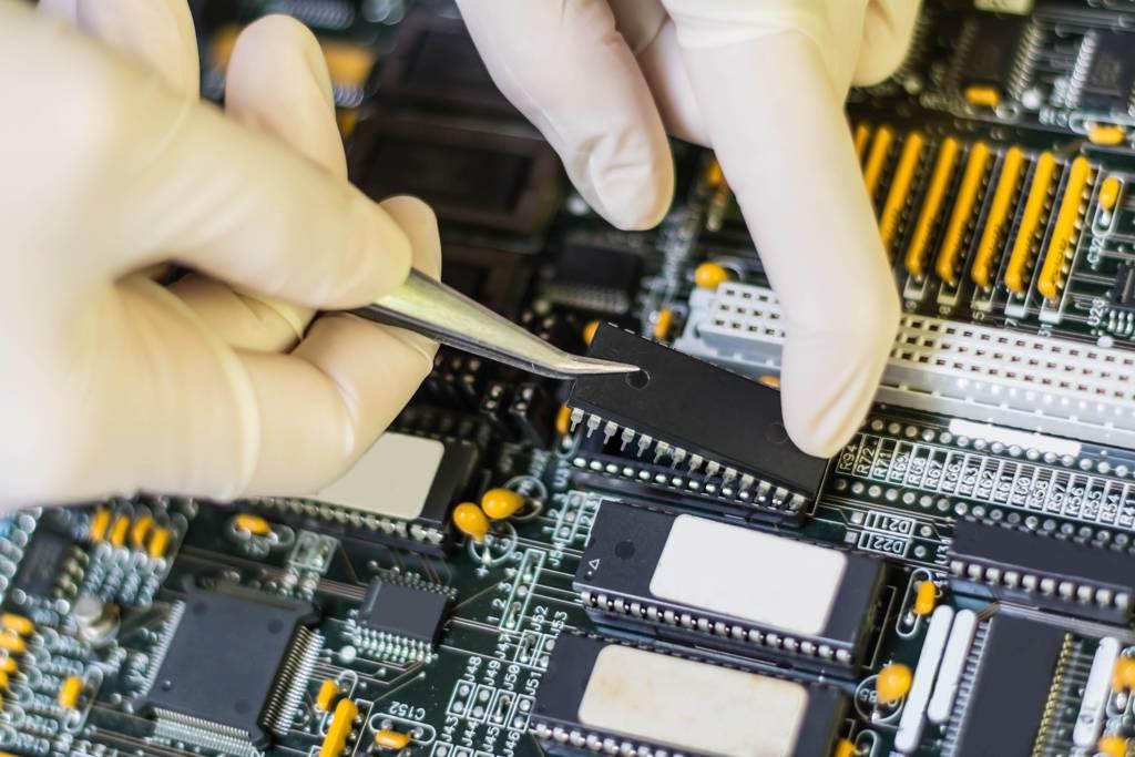 半導體需求熱絡,帶動IC設計公司營收。(示意圖/Shutterstock)