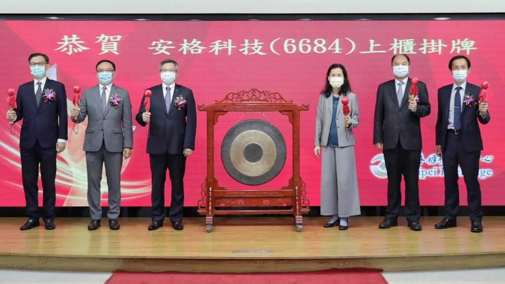 安格科技胡漢良董事長(左3)、藍世旻總經理(左2)、陳秉淳協理(左1)。(安格提供)