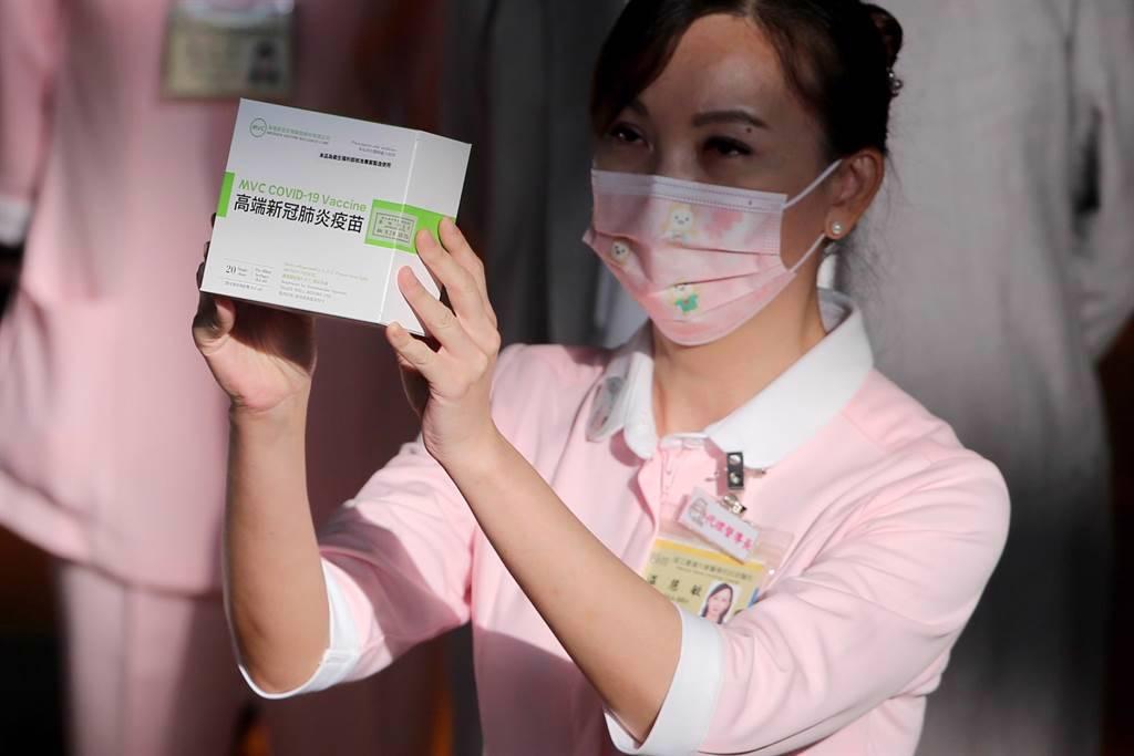 台灣政府已於7月批准該疫苗,以供20歲以上的公民緊急使用,首劑與第二劑疫苗之間至少隔28天。(圖/中時報系資料照片)