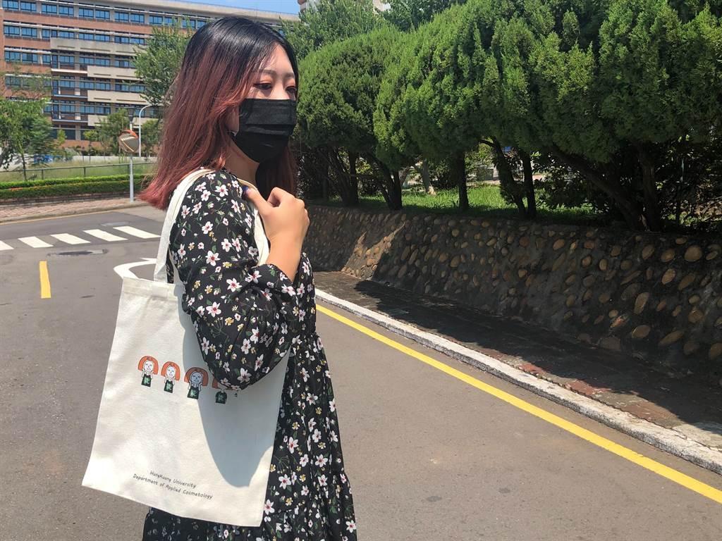 弘光科大妝品系把LINE貼圖設計成環保袋。(陳淑娥攝)