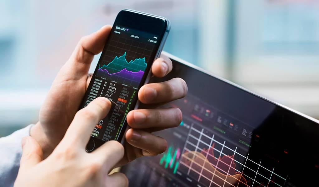外資狂加碼股價淨值比低於1倍,或本益比不到10倍的13檔個股。(示意圖/Shutterstock)