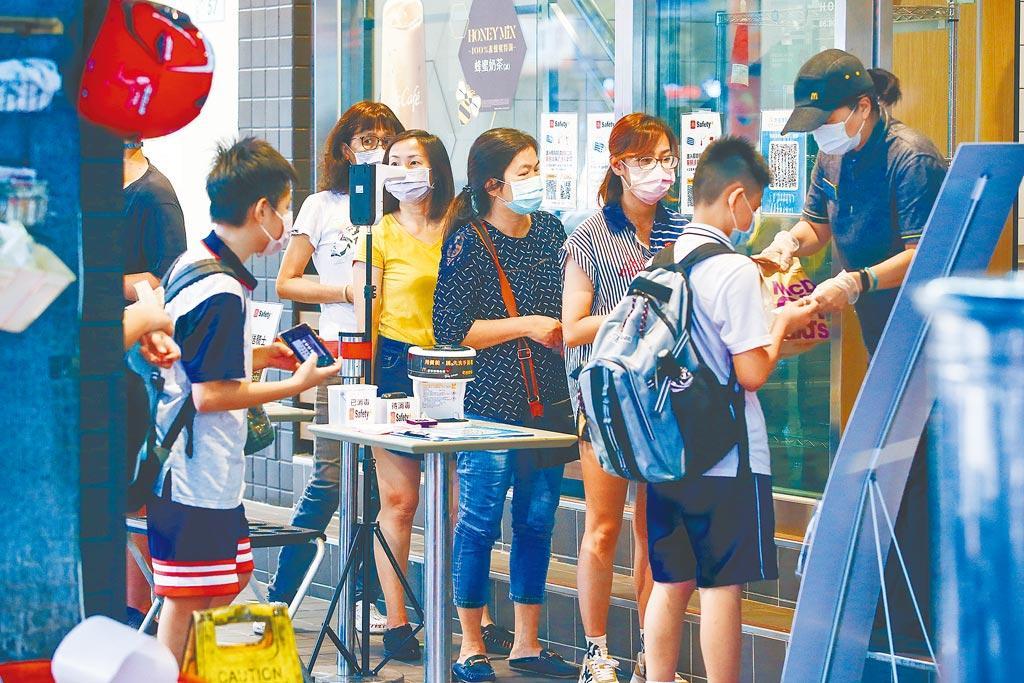 振興五倍券即將上路。圖為民眾在速食店前等候餐點。(資料照/鄧博仁攝)