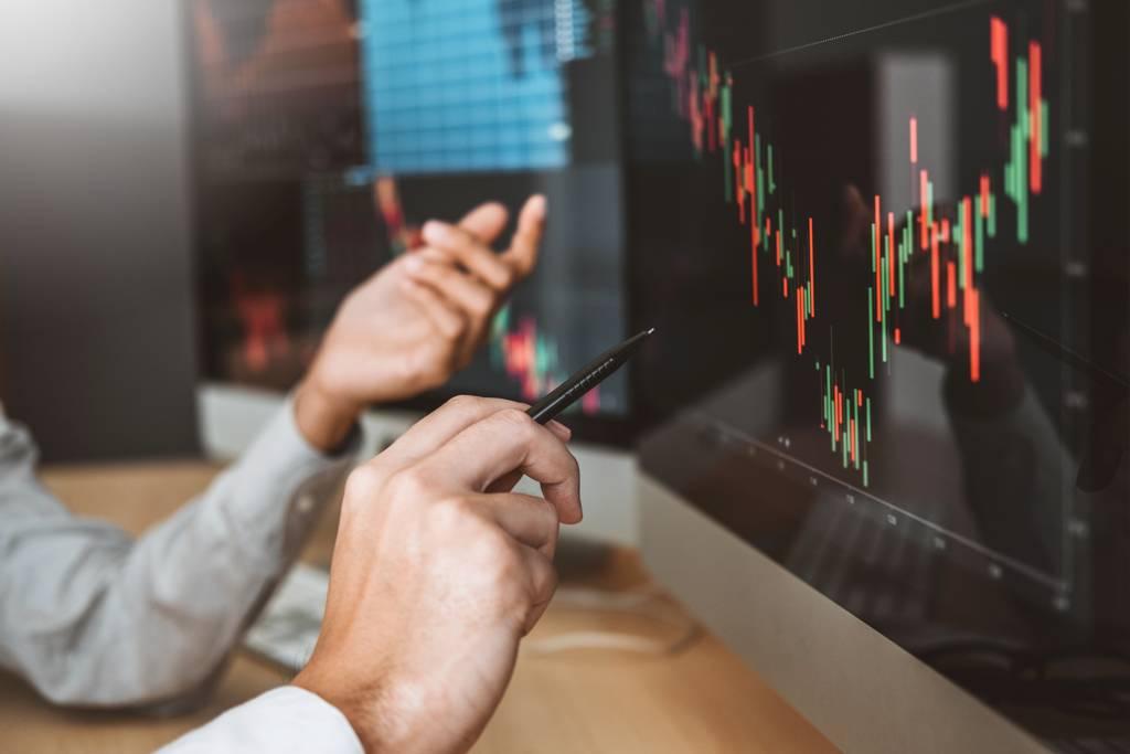 法人看好今年金控大賺,明年配息可期,建議投資人適度持有波動度較低的金融股或ETF。(示意圖/達志影像/shutterstock)