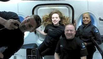 SpaceX首次執行全素人太空旅行。圖為17日4名平民太空人在太空的畫面。圖左依序為艾薩克曼、阿索諾、森布羅斯基及普羅克特。(圖/路透社、SpaceX)