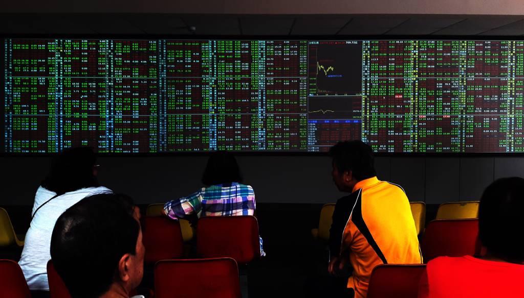 投信業者透露,今年台股基金規模並未因指數攀高而被大量贖回,顯示投資人中長線看好及了解定期定額優勢。(示意圖/達志影像/shutterstock)
