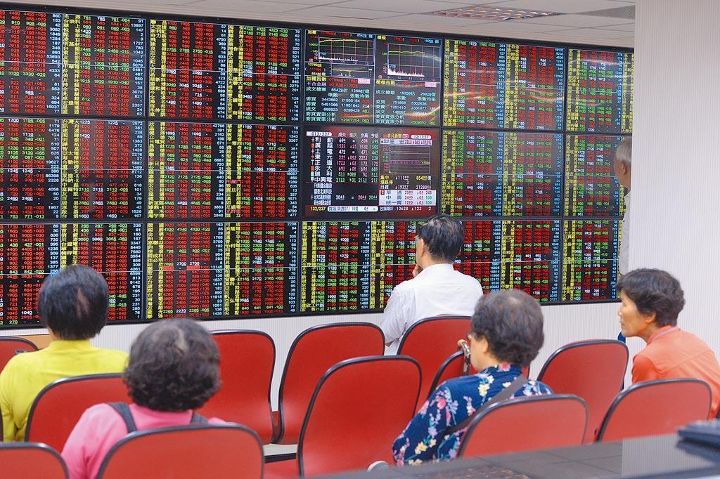 港股盤中大跌逾千點,尾盤跌幅收斂、終場下挫821點,以2萬4099點作收,台股、陸股休市未受到影響。(示意圖/本報資料照片)