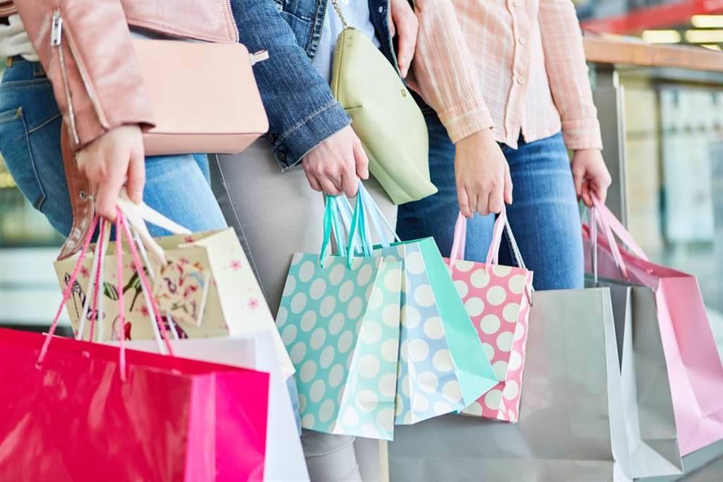 振興五倍券10月8日發放,不少百貨業者乾脆將周年慶安排在同一時間起跑。(示意圖/達志影像/shutterstock)