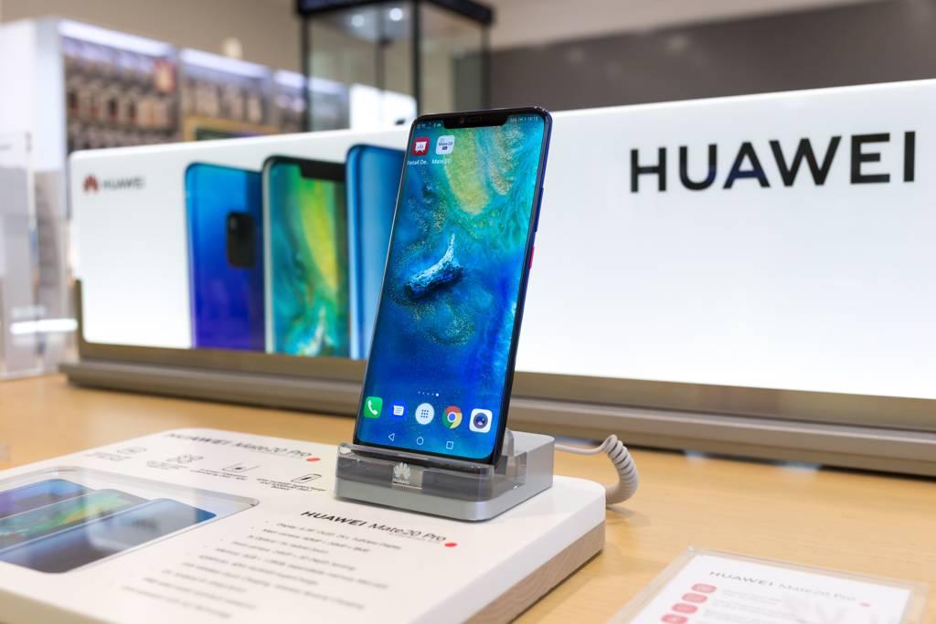 華為輪值董事長徐直軍表示,2021年華為手機收入將減少300億至400億美元,但強調不會出售手機業務。(示意圖/達志影像/shutterstock)