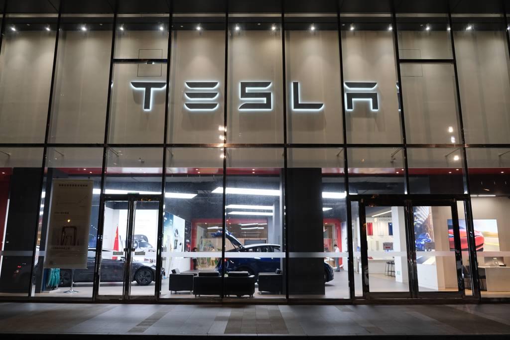 電動車龍頭特斯拉第3季交車量再改寫新高,帶動供應鏈股價「來電」,成台股「萬綠叢中一點紅」。(示意圖/達志影像/Shutterstock)