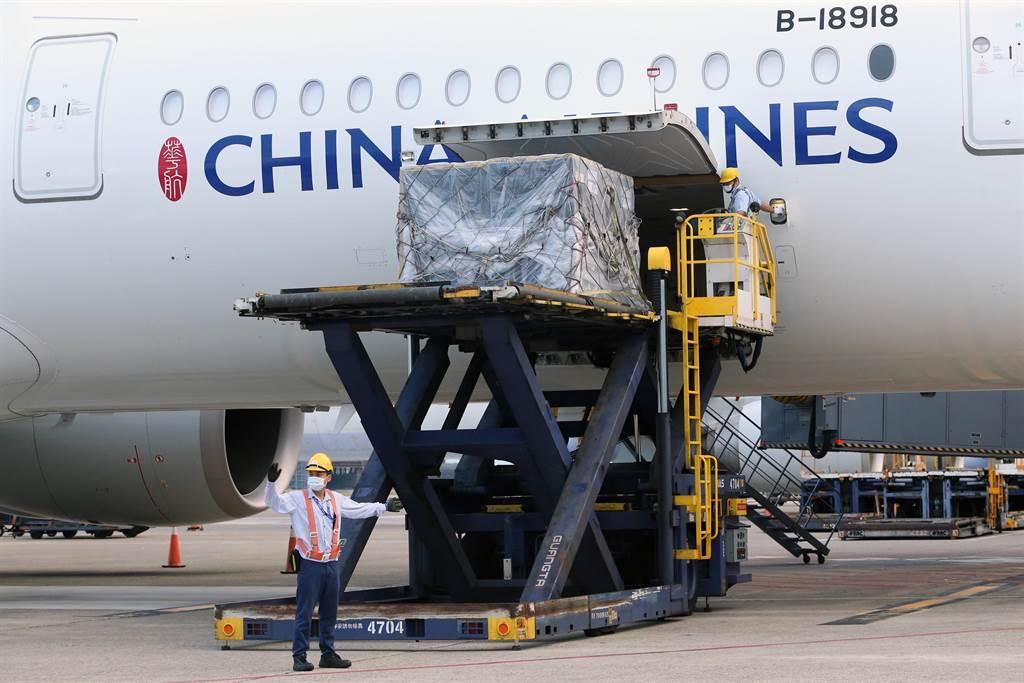 第8批BNT疫苗今抵台,由華航班機負責運送。(陳麒全攝)