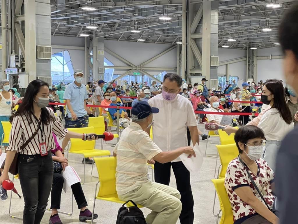 北市副市長蔡炳坤14日巡視花博爭豔館現場排隊施打疫苗的情形。(張穎齊攝)