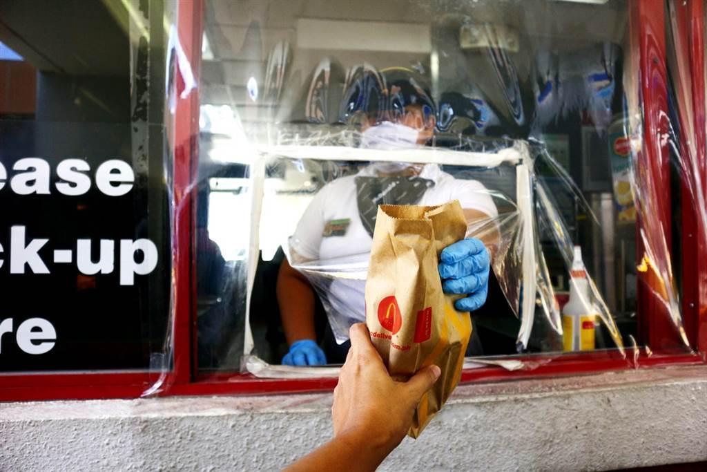 英國麥當勞員工爆料,民眾用得來速點餐,車內的私密對話也會被聽見,嚇壞許多國外網友。(示意圖/shutterstock)
