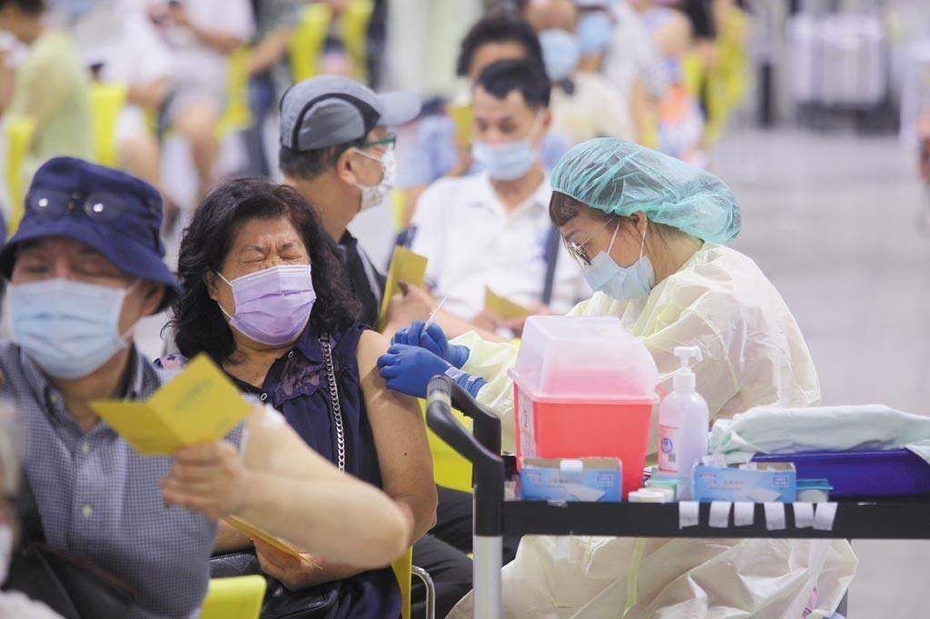 蘇貞昌表示目前疫苗充足,指揮中心規畫將進行大規模接種,預計下周五起進入最高峰期,3大疫苗同步施打。圖為接種示意圖。(張鎧乙攝)
