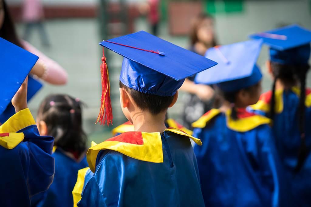 幼兒拍畢業照到底要不要戴口罩,指揮中心回應了。(圖/Shutterstock)