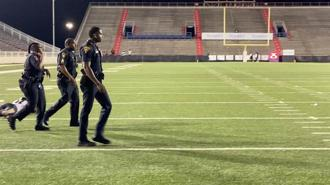 美國阿拉巴馬州拉得皮博斯體育館(Ladd-Peebles Stadium)15日傳槍響5人受傷,警方逮捕一名年僅19歲的嫌犯。 (圖/路透社)