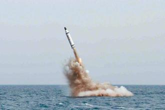 北韓證實試射新型潛射彈道飛彈。圖為2015年5月9日,北韓宣布戰略潛艇水下成功試射彈道飛彈。(新華社)