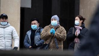 莫斯科地鐵的一景,疫情仍然嚴重,人們仍然要戴口罩才能進站。(圖/美聯社)