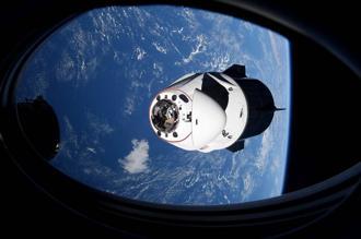 SpaceX的2艘「乘龍」(Crew Dragon)太空船爆出「漏尿」問題,輸送尿液的管線破裂,導致尿液噴濺得到處都是。(資料照/美聯社、NASA提供)